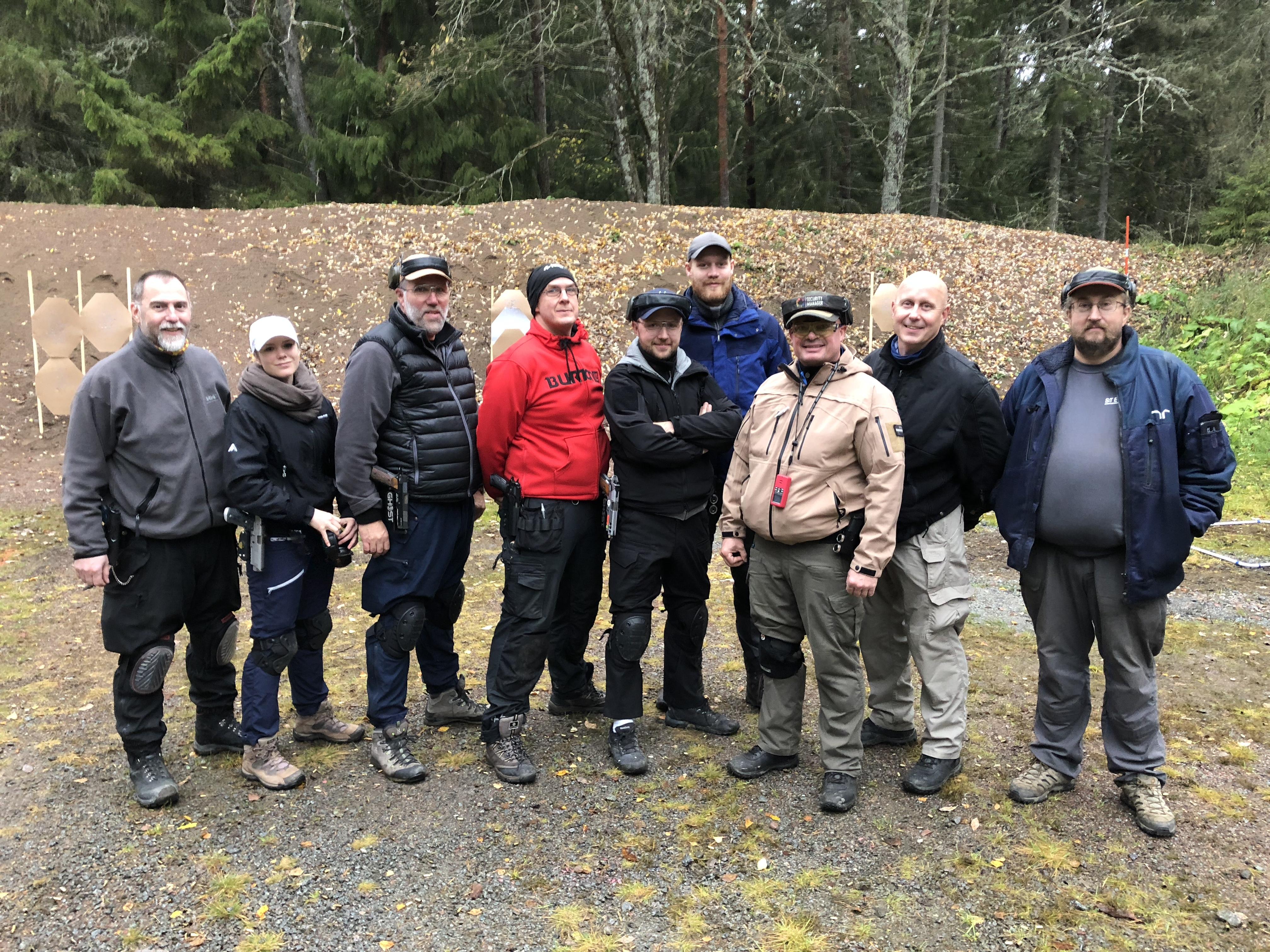 6 nyexaminerade dynamiska skyttar. Från Vänster: George, Ronja, Anders, Fredrik, Niklas och Mattias. Sen är det Klas och Kaj. Minns inte var examinatorn till höger heter.